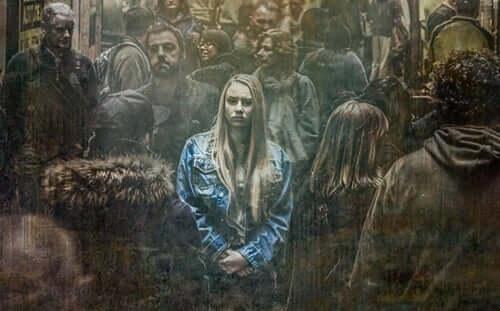 Kobieta martwi się w tłumie