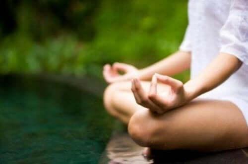 Kobieta medytująca nad wodą - terapia EMDR i uważność