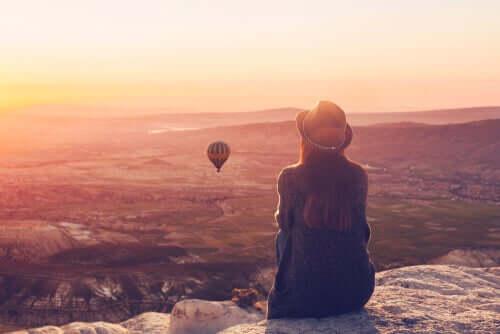 Kobieta patrząca na balony