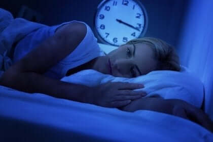 Kobieta w łóżku cierpiąca na bezsenność