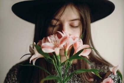 Kobieta wąchająca kwiaty