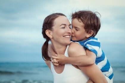 Mama z synem na plaży - miłość bezwarunkowa