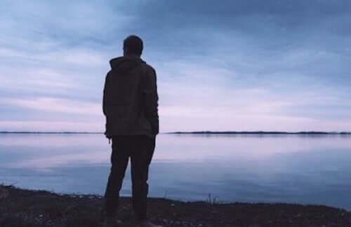 Mężczyzna na wybrzeżu