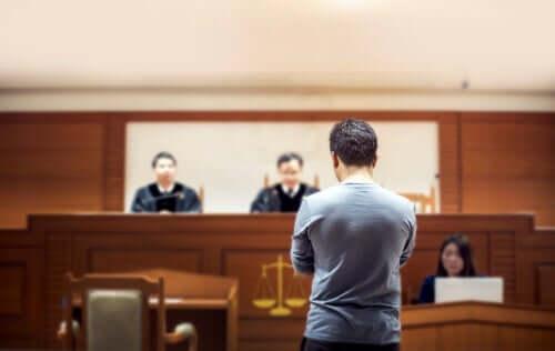 Mężczyzna podczas procesu sądowego