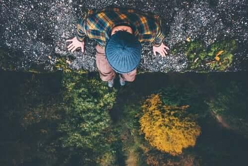 Mężczyzna w lesie