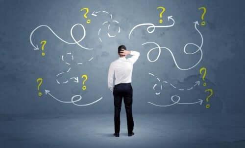 Mężczyzna pośród znaków zapytania - synektyka