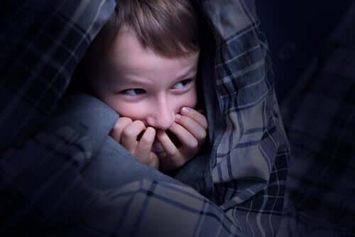 Dziecko ukrywa się przed czymś strasznym