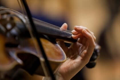 Ręka grająca na skrzypcach - skrzypek w metrze