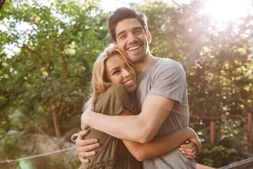 Szczęśliwa para obejmuje sie
