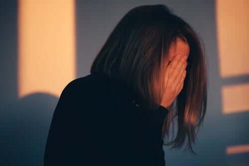Załamana kobieta zakrywa twarz