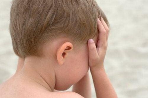 Chłopiec płacze