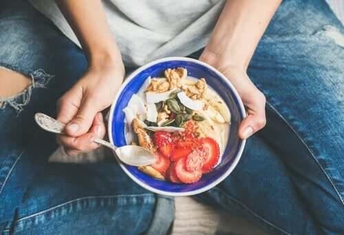 Świadome odżywianie: popraw swoje relacje z jedzeniem