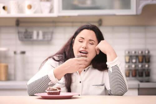 Kobieta je słodycze