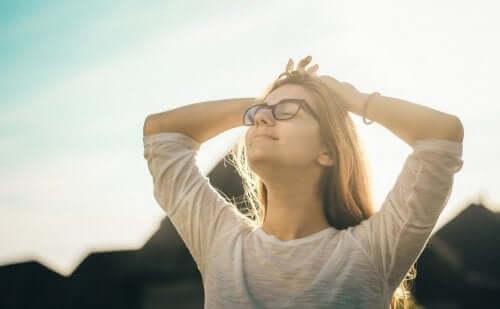 Kobieta rozkoszująca się słońcem