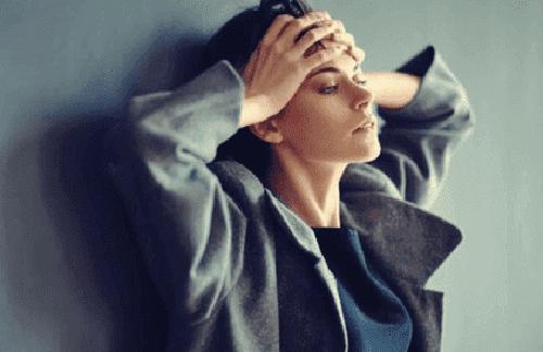Kobieta opanowana niepokojem
