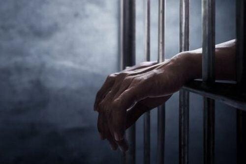 Ręce więźnia za kratami