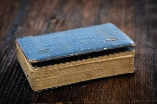 Zamknięta gruba stara książka