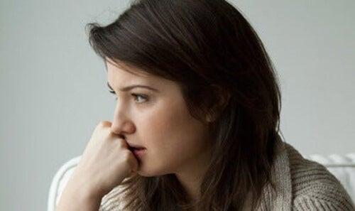 Kobieta dręczona przez nieświadome poczucie winy