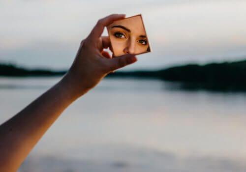 Zdjęcie na tle jeziora