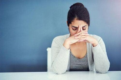 Zestresowana kobieta myśli