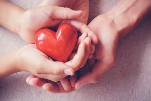 Cztery dłonie trzymające serce