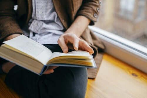 Kobieta czytająca przy oknie
