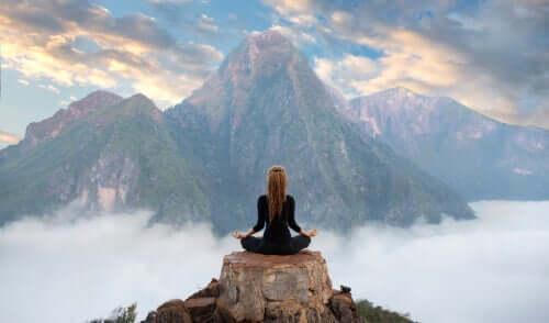 Kobieta medytująca na tle gór