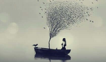 Kobieta na łodzi z drzewem