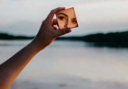 Kobieta patrząca w małe lusterko