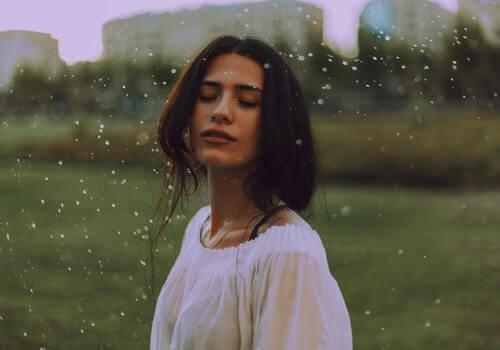 Kobieta rozkoszująca się wiatrem