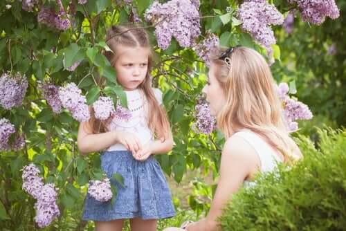 Matka tłumaczy coś dziecku