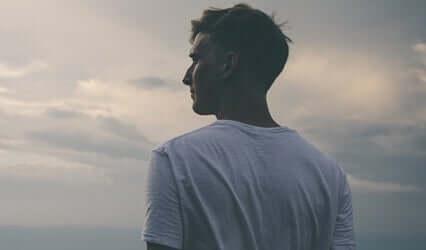 Mężczyzna patrzący na horyzont - zasada trzech godzin