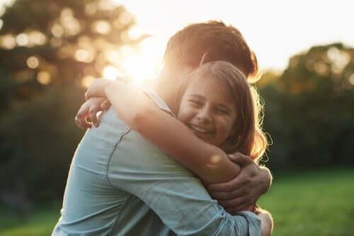 Mężczyzna przytulający dziewczynkę