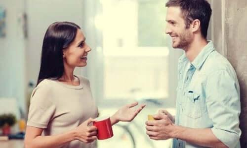 Rozmawiający kobieta i mężczyzna