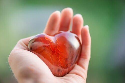 Serce na dłoni symbolizujące zdrowie psychiczne