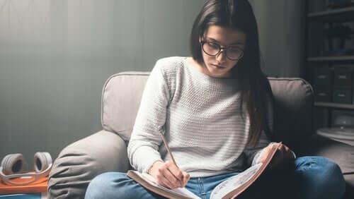 Dziewczyna w trakcie nauki
