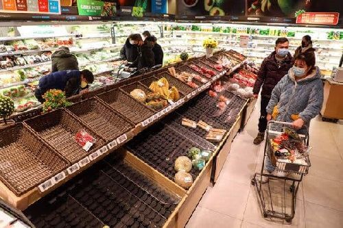Panika zakupowa powoduje puste półki w sklepie