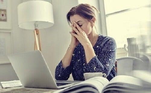 Zmęczenie mentalne i wyczerpanie: możliwe przyczyny