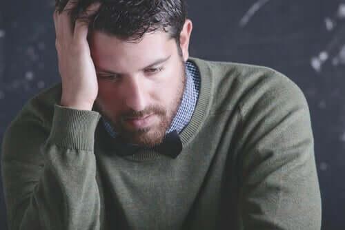 Zmęczony mężczyzna - zmęczenie mentalne