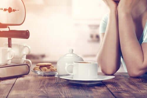 Kobieta przy śniadaniu