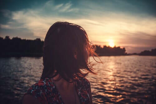 Kobieta o zachodzie słońca