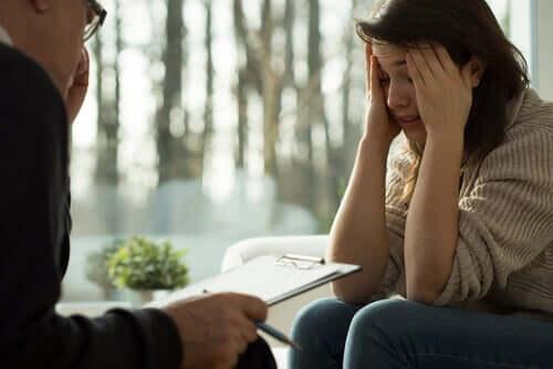 Kobieta rozmawiająca u psychologa