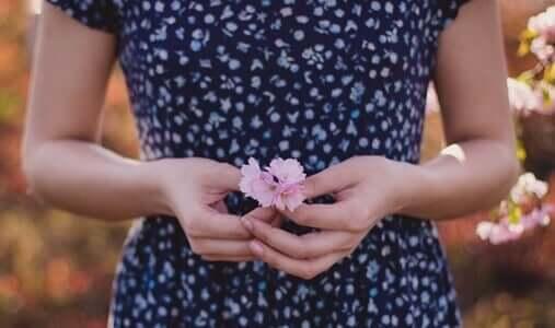 Kobieta trzymająca kwiaty - wybacz mi