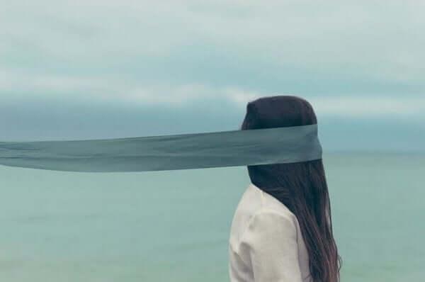 Kobieta z zasłoniętymi oczami - oszukiwanie samego siebie