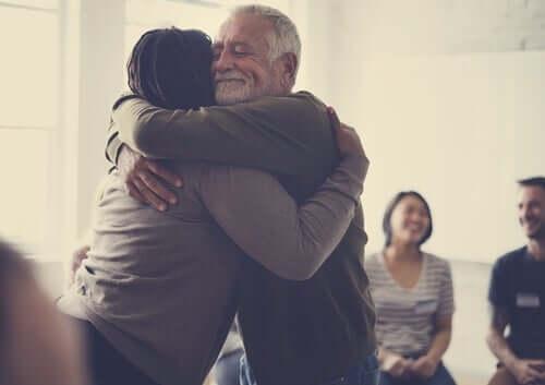 Przytulające się osoby