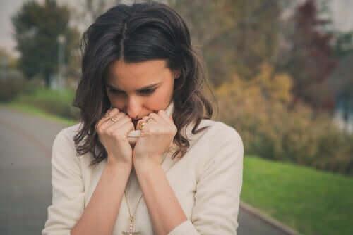 Smutna kobieta odczuwająca zażenowanie
