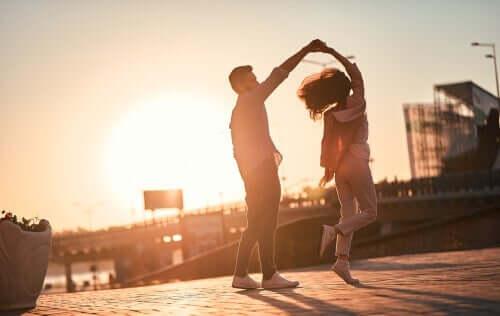 Para tańcząca na ulicy