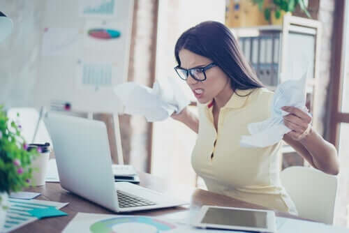 Zdenerwowana kobieta w pracy - negatywne postawy w pracy