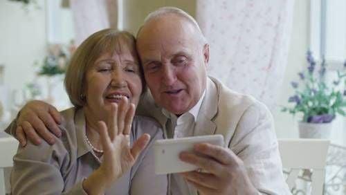 Dziadkowie - nie zapominaj o utrzymywaniu z nimi kontaktu podczas odosobnienia