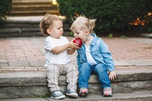 Dzieci jedzące jabłko